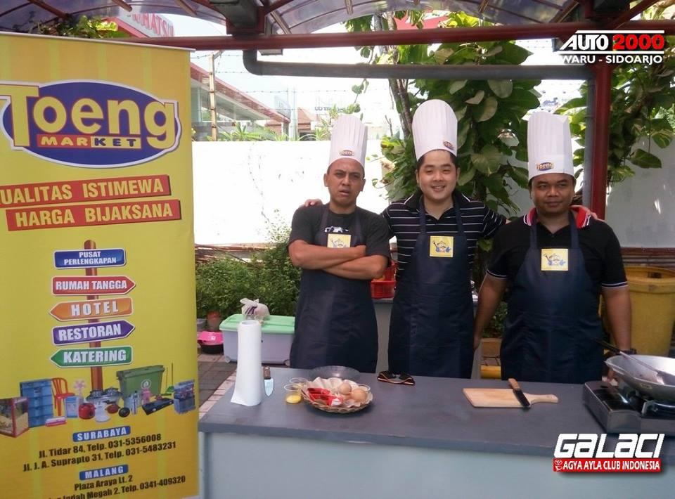 Sebelum lomba dimulai, foto dulu bersama sponsor kita TOENG Market
