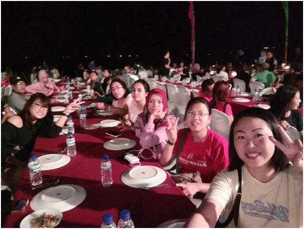 happy nya saat makan malam di jimbaran