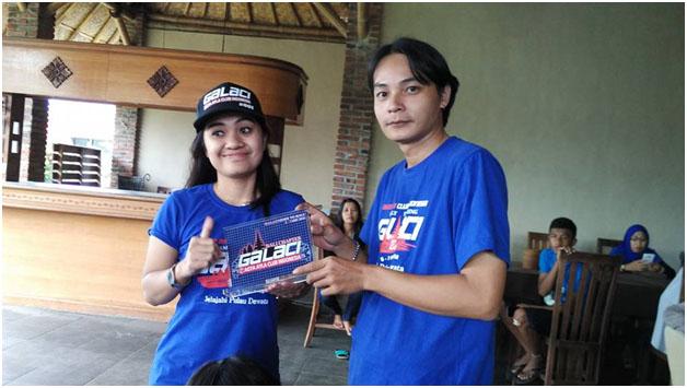 serah terima cinderamata oleh Ketua Chapter Bali kepada Ketua Umum